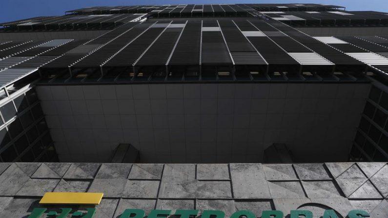 Fotografía que muestra la fachada de la sede de la petrolera brasileña Petrobras, en la ciudad de Rio de Janeiro (Brasil). EFE/ Marcelo Sayão/Archivo