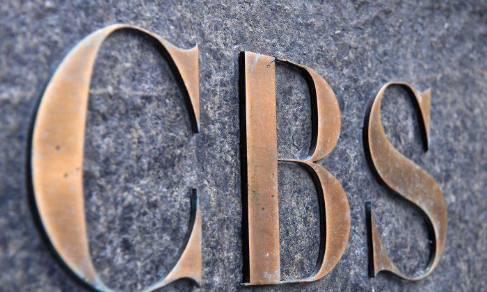 El logo de la CBS en el edificio de la CBS en Nueva York el 6 de agosto de 2018. (Angela Weiss/AFP/Getty Images)