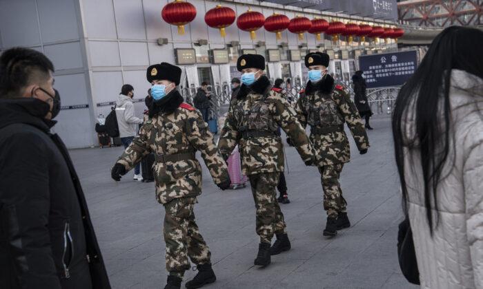 Oficiales de policía chinos usan máscaras protectoras mientras patrullan antes del Año Nuevo Chino en una estación de ferrocarril de Beijing, China, el 23 de enero de 2020. (Kevin Frayer/Getty Images)
