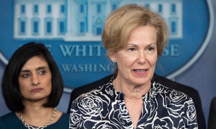 La Coordinadora de Respuesta al Coronavirus, Dra. Deborah Birx, habla durante una rueda de prensa sobre el Coronavirus (COVID-19) en la Sala de Prensa Brady de la Casa Blanca en Washington, DC, el 14 de marzo de 2020. (JIM WATSON/AFP vía Getty Images)