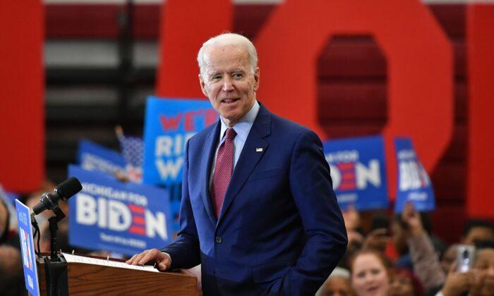 El candidato presidencial demócrata y exvicepresidente Joe Biden, habla durante un acto de campaña en la Renaissance High School de Detroit, Michigan, el 9 de marzo de 2020. (Mandel Ngan/AFP/Getty Images)