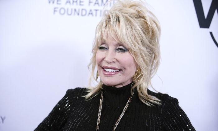 Dolly Parton asiste al evento de la Fundación We Are Family en honor a Dolly Parton y Jean Paul Gaultier, en el salón de baile Hammerstein en la ciudad de Nueva York el 5 de noviembre de 2019. (John Lamparski/Getty Images)