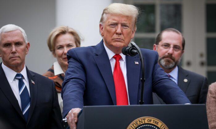 El presidente Donald Trump, acompañado por funcionarios y líderes empresariales, anuncia emergencia nacional en relación al coronavirus en el jardín de las Rosas de la Casa Blanca en Washington el 13 de marzo de 2020. (Charlotte Cuthbertson/The Epoch Times)