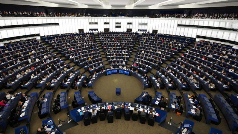 Los miembros del Parlamento Europeo participan en una sesión de votación en el Parlamento Europeo de Estrasburgo, en el este de Francia, el 17 de septiembre de 2019. (FREDERICK FLORIN/AFP vía Getty Images)