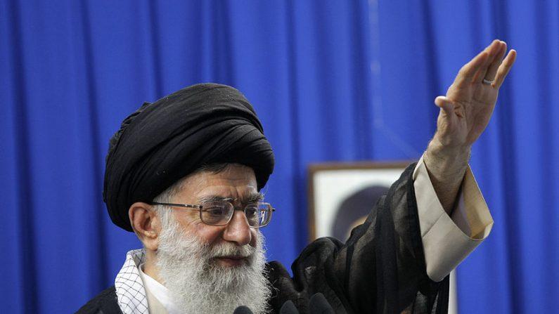 El líder supremo de Irán, el Ayatolá Ali Khamenei, en una imagen de archivo de las oraciones semanales del viernes musulmán en la Universidad de Teherán el 19 de junio de 2009. (BEHROUZ MEHRI/AFP a través de Getty Images)