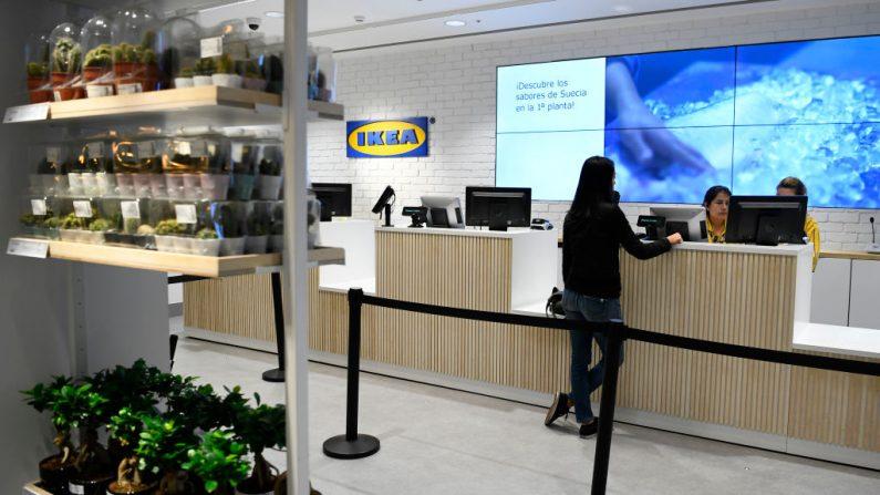 Una mujer está en la caja registradora de una tienda del gigante sueco de muebles Ikea en el centro de Madrid, España, el 10 de octubre de 2018. (GABRIEL BOUYS/AFP a través de Getty Images)