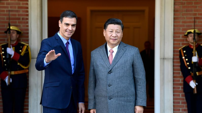El primer ministro español, Pedro Sánchez (izq.) saluda al líder del régimen chino, Xi Jinping, a su llegada para una reunión en el Palacio de la Moncloa en Madrid el 28 de noviembre de 2018. (JAVIER SORIANO/AFP a través de Getty Imágenes)