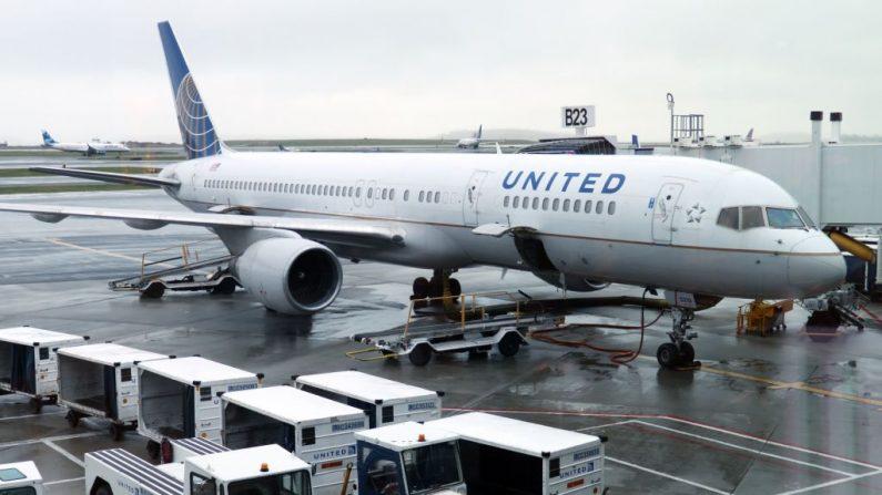Un avión de United Airlines estacionado en la puerta de embarque el 23 de abril de 2019, en el Aeropuerto Internacional Logan de Boston (EE.UU.). (DANIEL SLIM/AFP vía Getty Images)