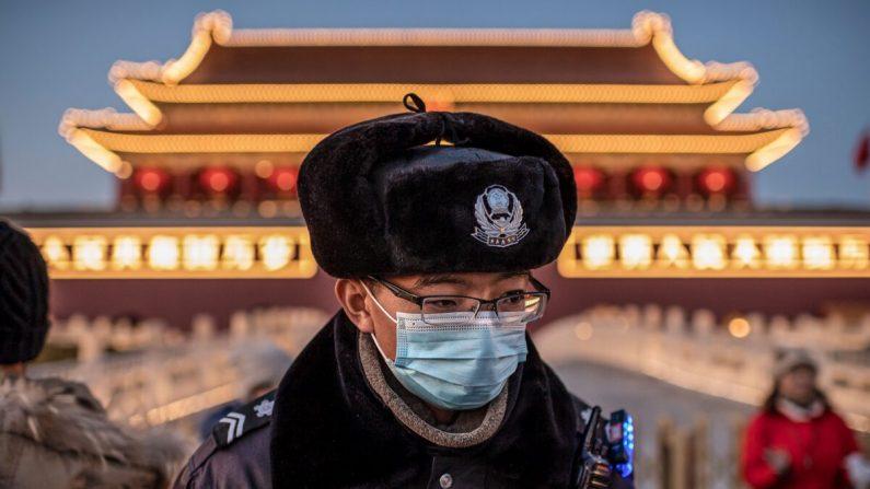 Un oficial de policía con máscaras protectoras en la plaza Tiananmen en Beijing, China, el 23 de enero de 2020. (NICOLAS ASFOURI/AFP a través de Getty Images)