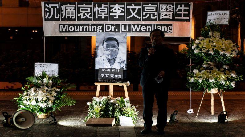 La gente asiste a una vigilia de duelo por el doctor Li Wenliang el 7 de febrero de 2020 en Hong Kong, China. (Foto de Anthony Kwan/Getty Images)