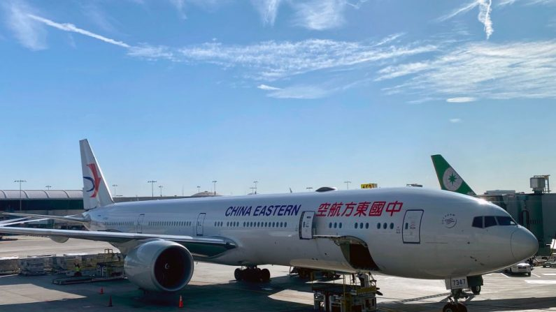 Un avión de China Eastern es visto en el Aeropuerto Internacional de Los Ángeles (LAX) el 12 de febrero de 2020 en Los Ángeles, California. (DANIEL SLIM/AFP vía Getty Images)