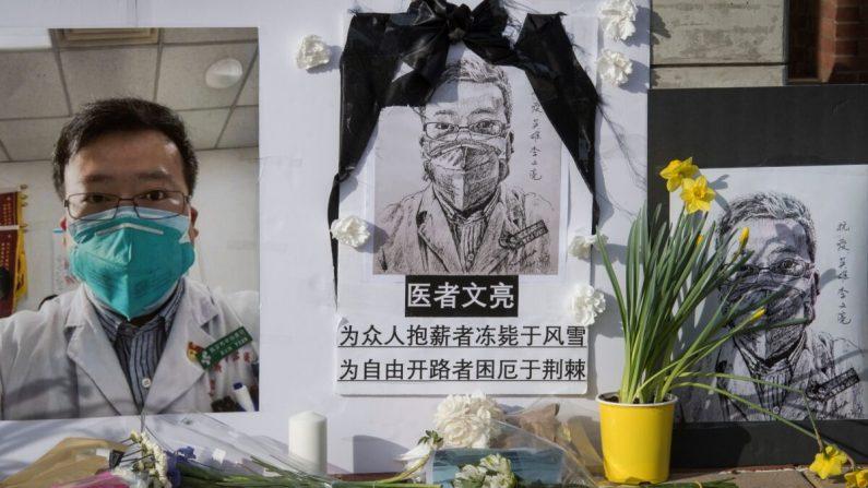 Estudiantes chinos y partidarios celebran un homenaje al Dr. Li Wenliang, quien fue el denunciante del virus del PCCh que se originó en Wuhan, China y causó la muerte de los médicos en esa ciudad, fuera del campus de UCLA en Westwood, California, el 15 de febrero. 2020. (Mark Ralston/AFP a través de Getty Images)