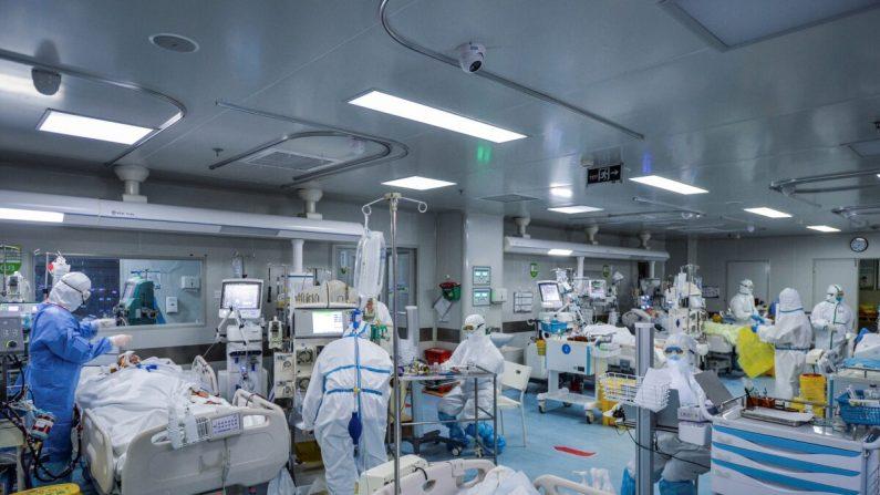 Personal médico trata a los pacientes infectados por coronavirus COVID-19 en un hospital de Wuhan, China, el 24 de febrero de 2020. (STR/AFP vía Getty Images)
