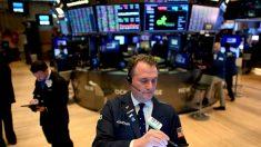 Wall Street cierra en verde y el Dow sube 1.1 %, pero anota pérdida semanal