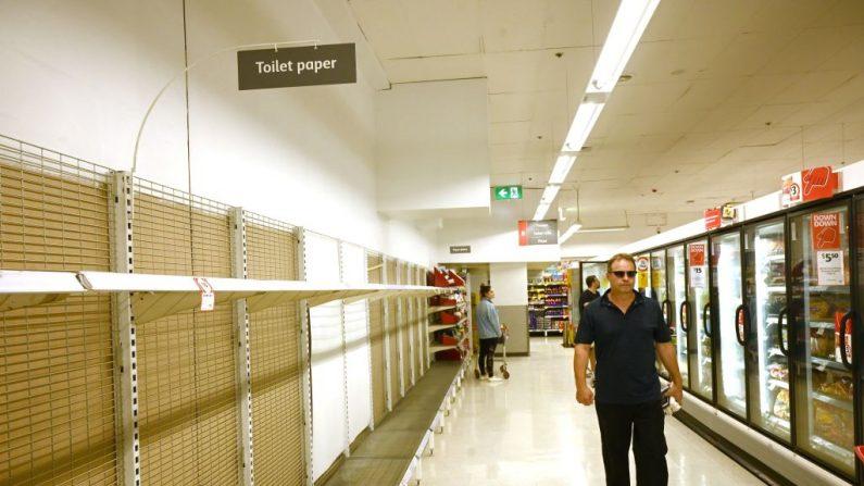 Las estanterías están vacías de rollos de papel higiénico en un supermercado de Sydney el 4 de marzo de 2020. El supermercado más grande de Australia anunció un límite en la compra de desinfectantes de manos y papel higiénico después de que la propagación mundial del coronavirus desatara una racha de pánico en las compras en Australia.  (Foto de PETER PARKS / AFP) (Foto de PETER PARKS/AFP a través de Getty Images)