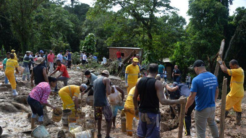 Rescatadores, bomberos y residentes locales participan en la búsqueda de las víctimas de un deslizamiento de tierra provocado por las lluvias torrenciales del fin de semana, en Barreira do Joao Guarda, Sao Paulo, Brasil, el 4 de marzo de 2020. (NELSON ALMEIDA/AFP/Getty Images)