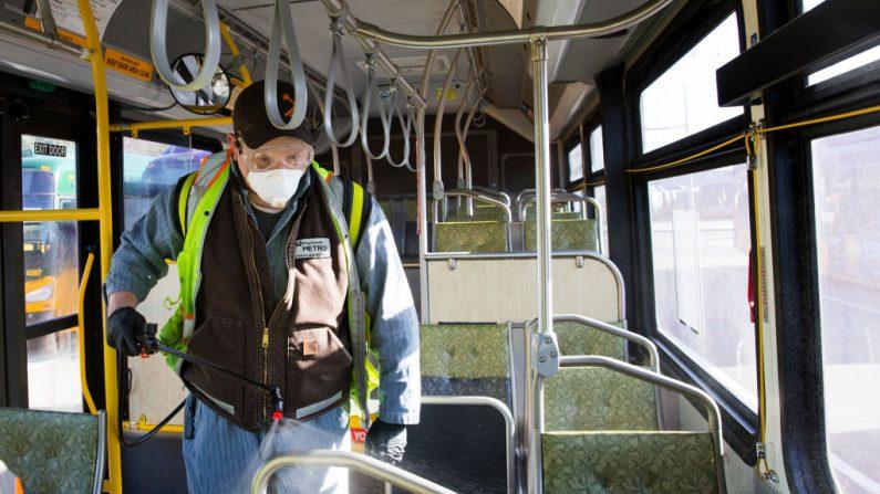 Un trabajador del metro del condado de King rocía un desinfectante en un autobús del metro en Seattle, Washington, el 4 de marzo de 2020. (Karen Ducey/Getty Images)