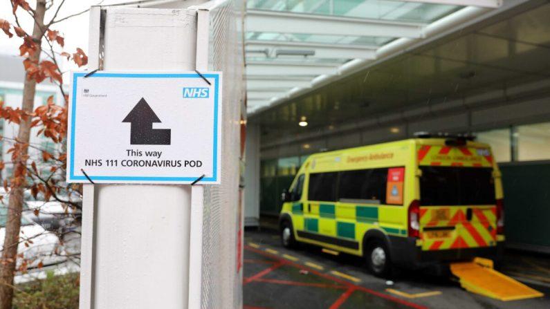 Un letrero dirige a los pacientes a una cápsula de coronavirus NHS 111, donde las personas que creen que pueden estar contagiadas con el virus pueden asistir y hablar con los médicos, fuera del University College Hospital en Londres el 5 de marzo de 2020. (Isabel Infantes/AFP a través de Getty Images)