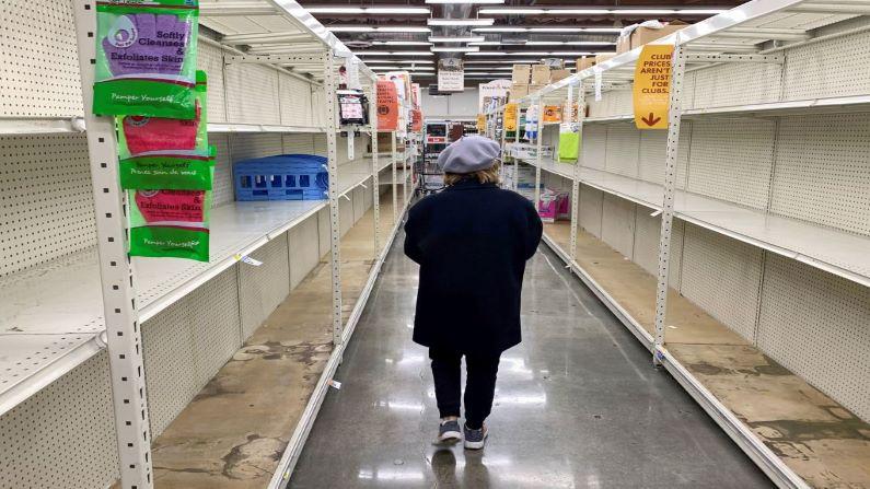 Un comprador pasa por delante de estantes vacíos normalmente llenos de jabones, desinfectantes, toallas de papel y papel higiénico en una tienda Smart & Final, el 7 de marzo de 2020 en Glendale, California. (ROBYN BECK/AFP a través de Getty Images)