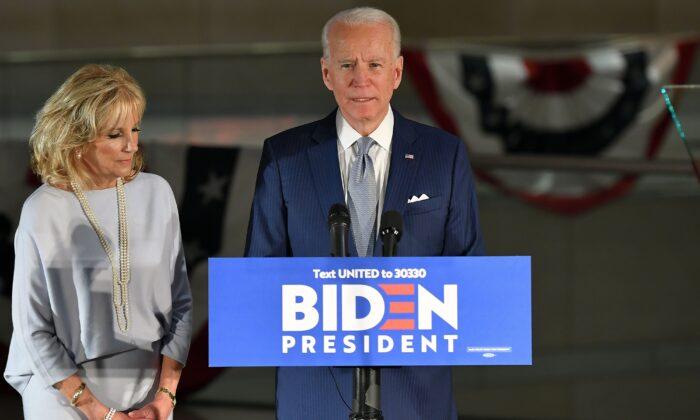 El aspirante a la presidencia demócrata y exvicepresidente Joe Biden habla, flanqueado por su esposa Jill Biden, en el Centro Nacional de la Constitución en Filadelfia, Pensilvania, el 10 de marzo de 2020. (Mandel Ngan/AFP vía Getty Images)