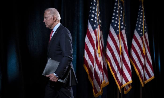 El candidato demócrata a la presidencia, el ex vicepresidente Joe Biden, deja el atril después de hacer declaraciones sobre el brote de coronavirus, en el Hotel Du Pont el 12 de marzo de 2020, en Wilmington, Delaware. (Drew Angerer/Getty Images)