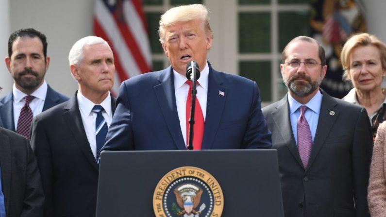 Rodeado por miembros del Grupo de Trabajo de la Casa Blanca sobre el Coronavirus, el presidente de los EE.UU. Donald Trump habla en una conferencia de prensa sobre COVID-19, en el Jardín de Rosas de la Casa Blanca en Washington, DC, el 13 de marzo de 2020. (SAUL LOEB/AFP via Getty Images)