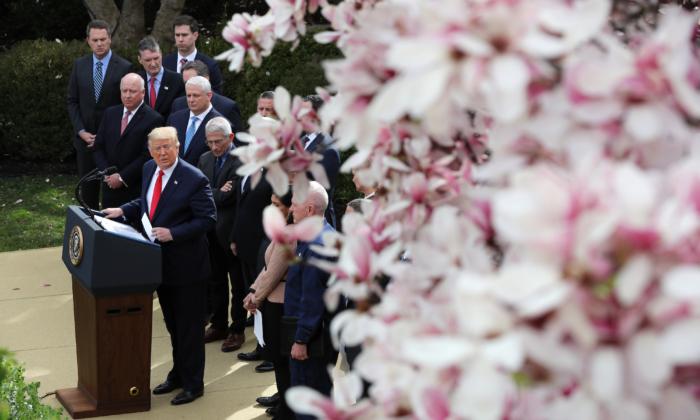 El presidente Donald Trump habla durante una conferencia de prensa sobre la actual pandemia mundial de coronavirus en el Jardín de Rosas de la Casa Blanca en Washington el 13 de marzo de 2020. (Chip Somodevilla/Getty Images)