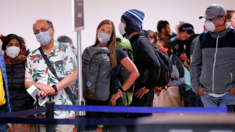 Los viajeros esperan sus vuelos de salida del Perú el 16 de marzo de 2020 en el aeropuerto internacional Jorge Chávez en el Callao, Lima, minutos antes de que se cierren las fronteras. (LUKA GONZALES/AFP vía Getty Images)