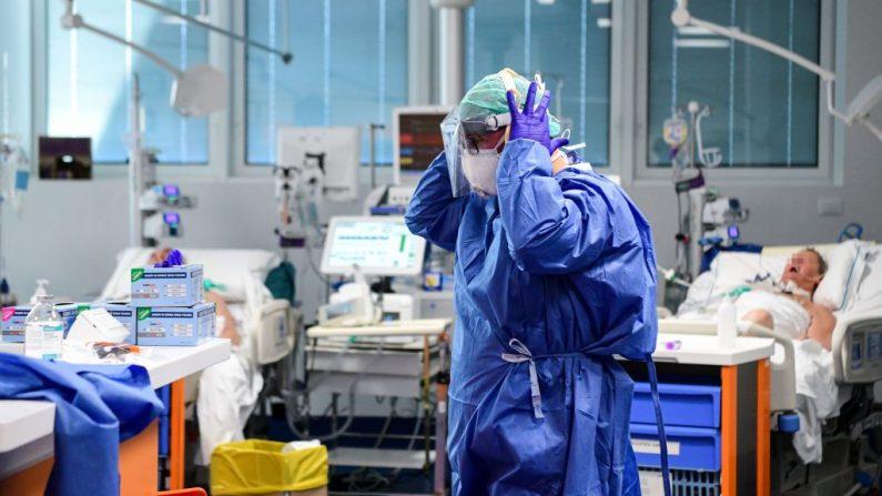 Un trabajador médico que lleva un equipo de protección facial atiende a los pacientes dentro de la nueva unidad de cuidados intensivos de coronavirus del hospital Brescia Poliambulanza, Lombardía, el 17 de marzo de 2020. (Foto de PIERO CRUCIATTI/AFP vía Getty Images)