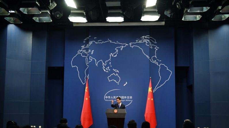 El portavoz del Ministerio de Relaciones Exteriores de China, Geng Shuang, habla durante la conferencia de prensa diaria en Beijing, el 18 de marzo de 2020. (GREG BAKER/AFP a través de Getty Images)