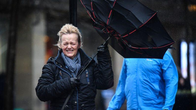 Una mujer lucha por mantener el control de su paraguas mientras camina a través de la lluvia el 21 de febrero de 2020 en Glasgow, Escocia. (Foto de Jeff J Mitchell/Getty Images)