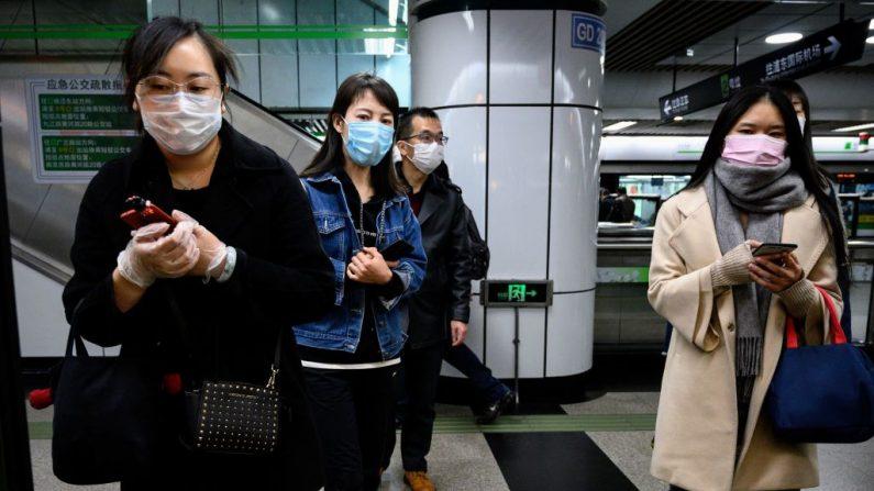 Las personas que usan máscaras faciales esperan un tren en una estación de metro en Shanghai el 23 de marzo de 2020. (Noel Celis/AFP a través de Getty Images)
