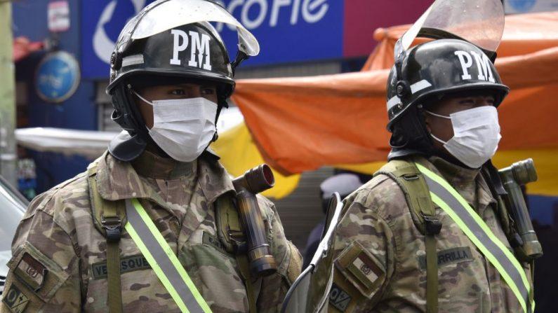 La policía militar boliviana patrulla las calles después de que la presidente interina de Bolivia, Jeanine Añez, anunciara una cuarentena completa que entró en vigor a partir del 22 de marzo de 2020, en un intento por detener la propagación del virus del PCCh, en La Paz el 23 de marzo de 2020. (AIZAR RALDES/AFP vía Getty Images)
