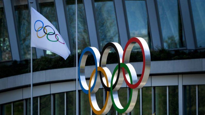 Los Anillos Olímpicos frente a la sede del Comité Olímpico Internacional (COI) en Lausana el 24 de marzo de 2020 en medio de la propagación del COVID-19. (FABRICE COFFRINI/AFP vía Getty Images)