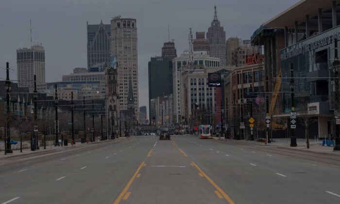 Las calles de Detroit, Michigan se ven casi vacías el 24 de marzo de 2020. (Seth Herald/AFP vía Getty Images)
