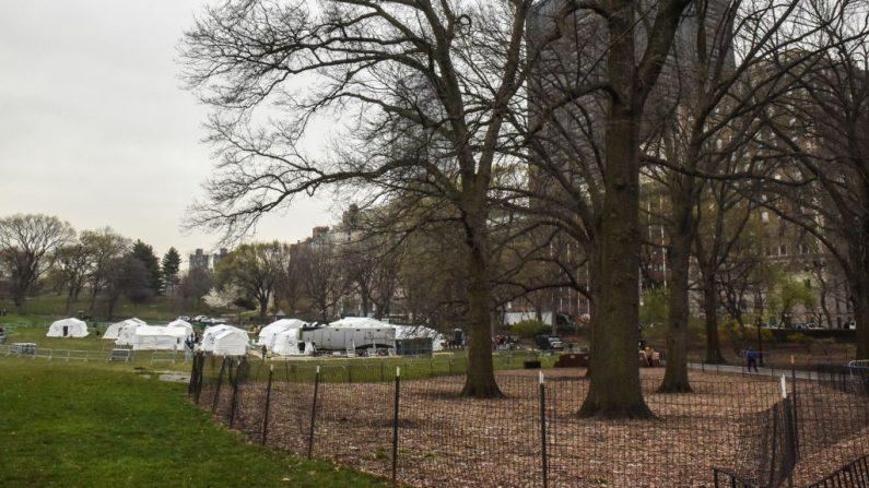 Personas establecieron un hospital de campaña de emergencia para ayudar en la pandemia de COVID-19 en Central Park el 30 de marzo de 2020 en la ciudad de Nueva York. (Foto de Stephanie Keith/Getty Images)
