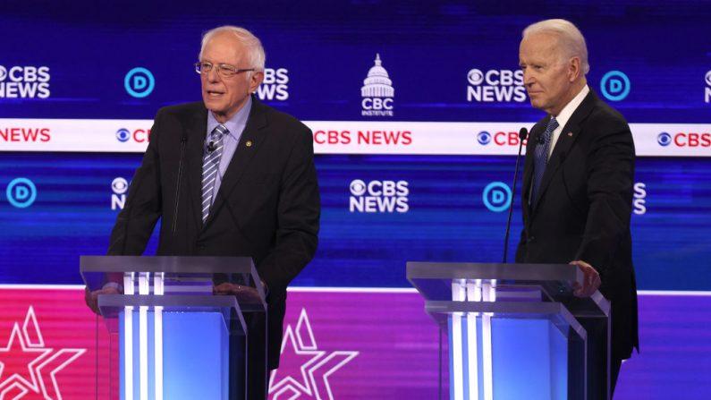 Los candidatos presidenciales demócratas, el senador Bernie Sanders (I-VT) y el ex vicepresidente Joe Biden, participan en el debate de las primarias presidenciales demócratas en el Charleston Gaillard Center el 25 de febrero de 2020 en Charleston, Carolina del Sur. (Win McNamee/Getty Images)