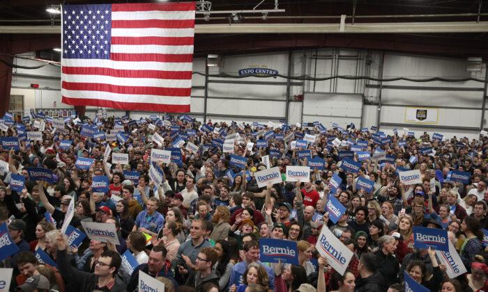 Los partidarios del senador Bernie Sanders (I-Vt.) asisten a su evento del Súper Martes por la noche en Essex Junction, Vermont, el 3 de marzo de 2020. (Alex Wong/Getty Images)