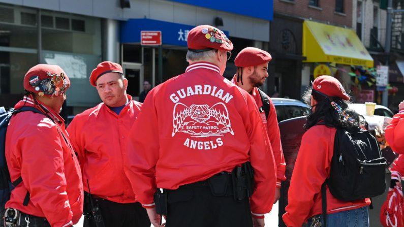 Miembros de los Ángeles de la Guarda se reúnen antes de patrullar el Barrio Chino de Manhattan el 14 de marzo de 2020 en la ciudad de Nueva York. (Dia Dipasupil/Getty Images)