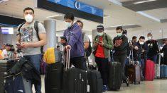Viajeros de EE.UU. soportan largas filas debido al aumento de los exámenes médicos en aeropuertos