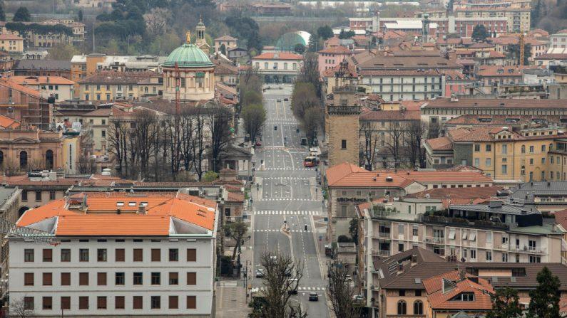 Una vista general de un Viale Vittorio Emanuele II desierto desde la Ciudad Alta el 25 de marzo de 2020 en Bérgamo, cerca de Milán, Italia. (Emanuele Cremaschi/Getty Images)