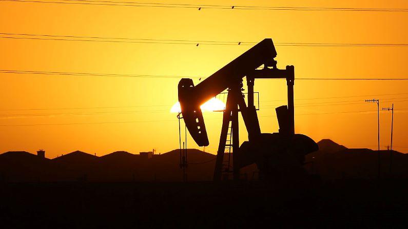 Una bomba se encuentra en las afueras de la ciudad al amanecer en el campo petrolero de la Cuenca Pérmica el 21 de enero de 2016 en la ciudad petrolera de Midland, Texas. (Foto de Spencer Platt/Getty Images)