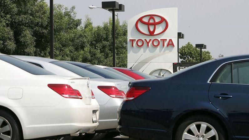 Los nuevos coches Toyota están aparcados en el aparcamiento de Freeman Toyota el 2 de agosto de 2006 en Santa Rosa, California (EE.UU.). (Foto de Justin Sullivan/Getty Images)