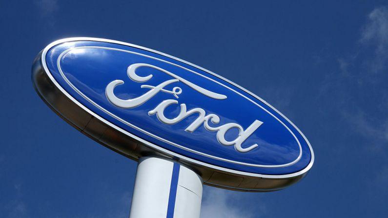 Foto del logo de la compañía Ford Motor  el 20 de julio de 2008 en un concesionario en Hudson, Wisconsin. (KAREN BLEIER/AFP a través de Getty Images)