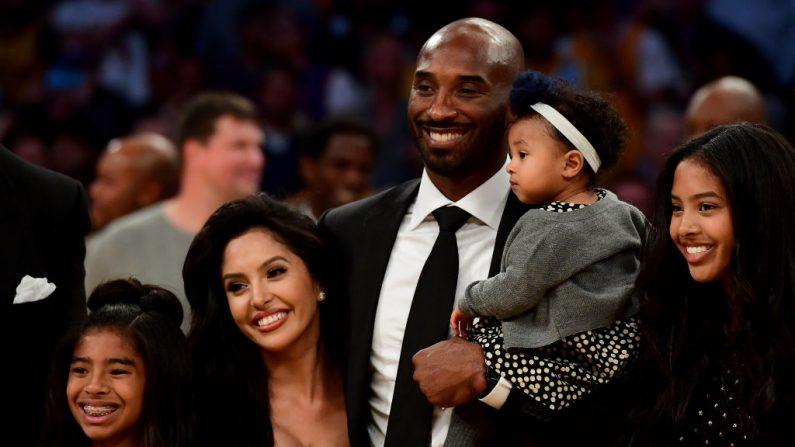 Kobe Bryant posa con su familia el 18 de diciembre de 2017 en Los Ángeles, California. (Fotografía de Harry How/Getty Images)