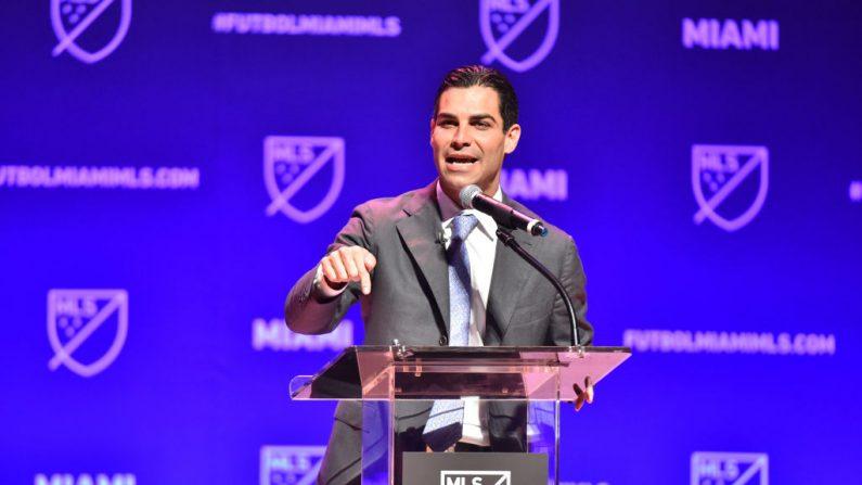 Francis Suárez, alcalde de la ciudad de Miami se dirige a la multitud durante la conferencia de prensa del 29 de enero de 2018 en Miami, Florida, EE.UU. (Eric Espada/Getty Images)