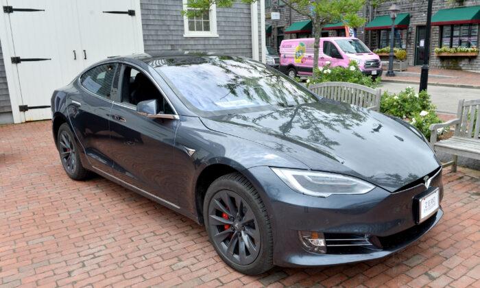 Auto Modelo S de Tesla en Nantucket, Massachusetts, el 24 de junio de 2018. El lujoso Modelo S no sería elegible para un crédito fiscal en la legislación propuesta por Sens. Joni Ernst y Mike Braun. (Noam Galai/Getty Images para el Festival de Cine de Nantucket)