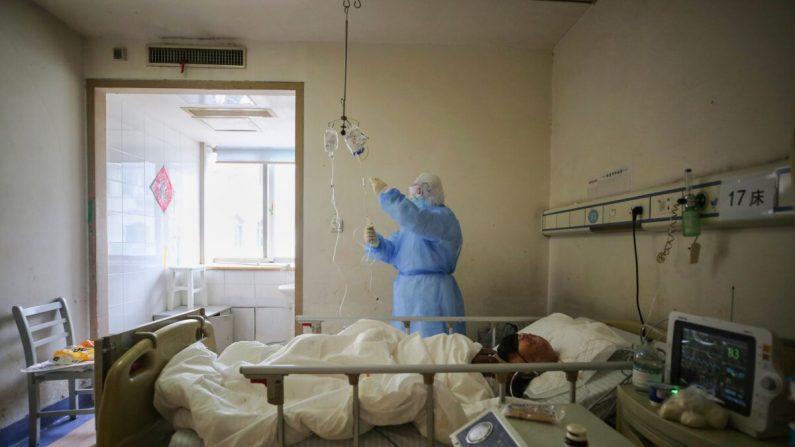 Un miembro del personal médico revisa los medicamentos utilizados en un paciente con COVID-19 en el Hospital de la Cruz Roja en Wuhan, provincia de Hubei, China, el 11 de marzo de 2020. (STR/AFP a través de Getty Images)