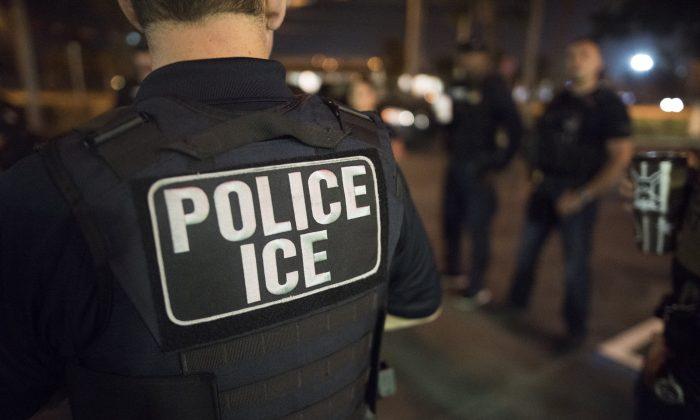 Oficiales del Servicio de Inmigración y Aduanas de Estados Unidos (ICE) el 20 de marzo de 2019. (ICE/Flickr)
