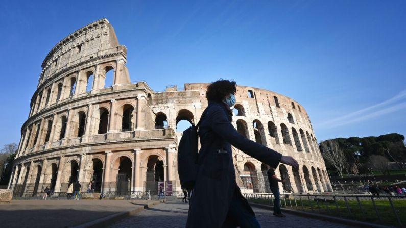 Turista usa una máscara respiratoria como parte de las medidas de precaución contra la propagación del coronavirus COVID-19, cerca al monumento cerrado del Coliseo en Roma el 10 de marzo de 2020. (Alberto Pizzoli/AFP a través de Getty Images)